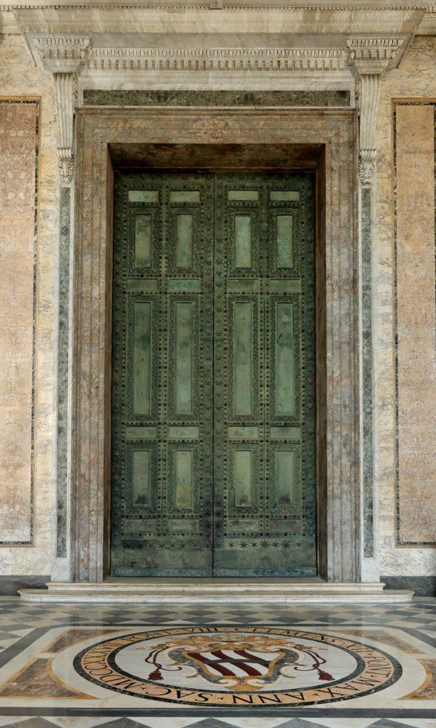 大殿中央大铜门,来自古罗马遗迹的元老院议事堂
