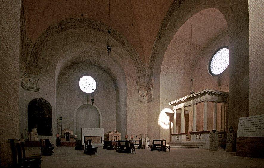 圣巴斯弟盎地下墓堂(cripta di San Sebastiano)与地面的教堂以两道阶梯相连)。