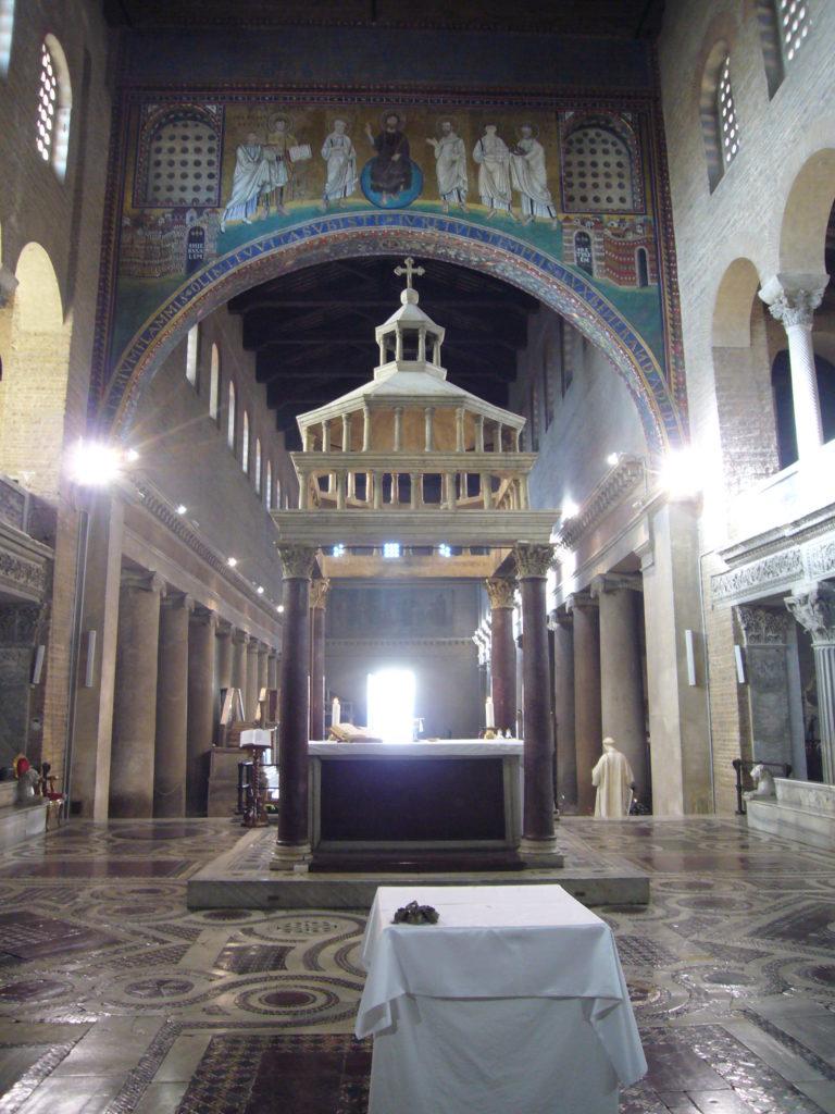 圣老楞佐大殿内部,祭台和华盖