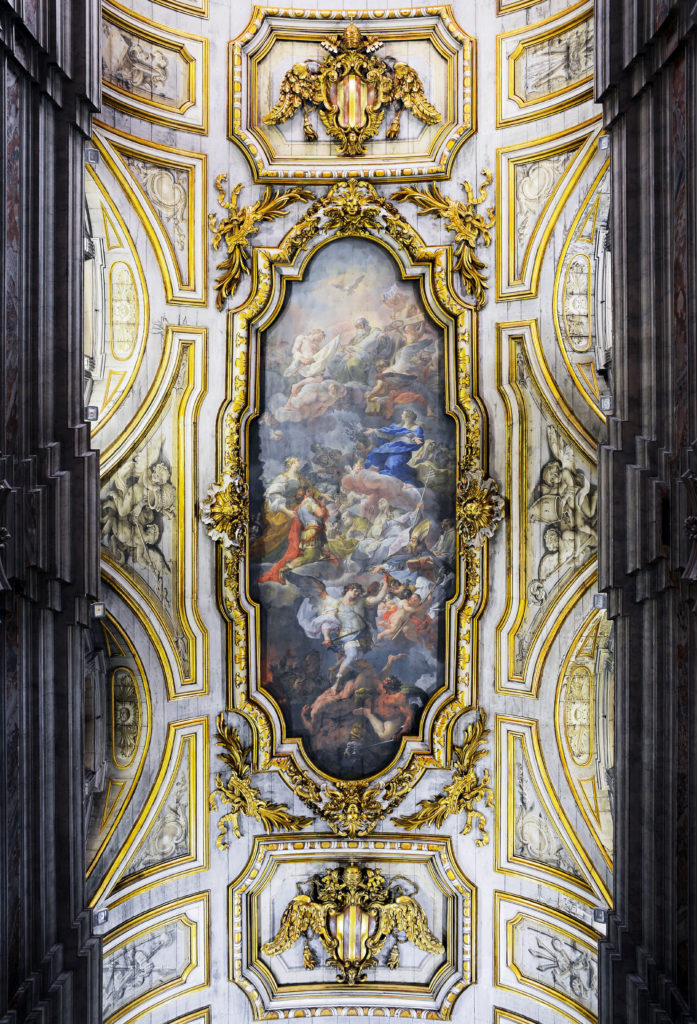 位于教堂木制假拱顶上由贾昆托(Corrado Giaquinto)于1744年创作的油画,圣妇海伦升天