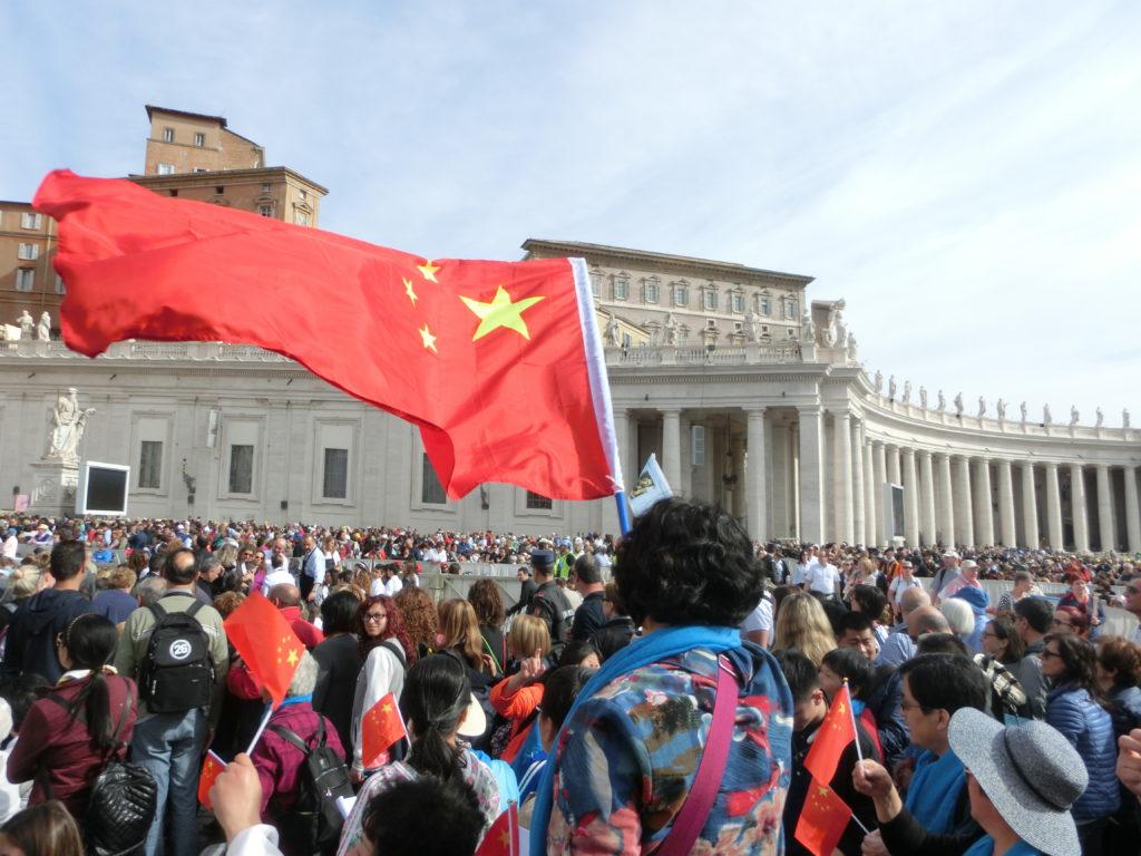 在伯多禄广场等待教宗公开接见的中国信友